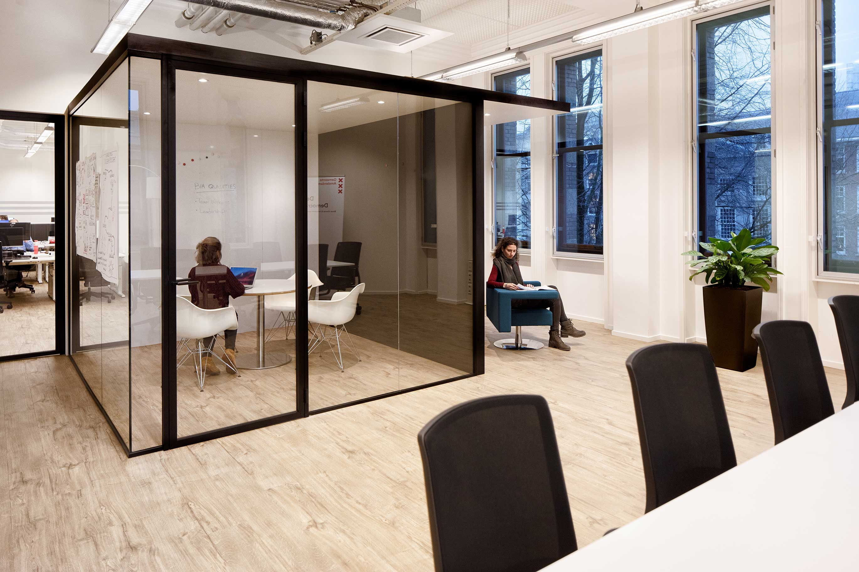 employe flexible private cube silent workstation room glassdoor buerau interim advies amsterdam